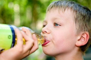 Eltern sollten darauf achten, dass erkrankte Kinder viel trinken, da durch das Fieber viel Flüssigkeit ausgeschieden wird.