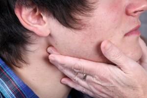Geschwollene Lymphknoten, hohes Fieber und ein entzündeter Rachen sind Anzeichen von Scharlach